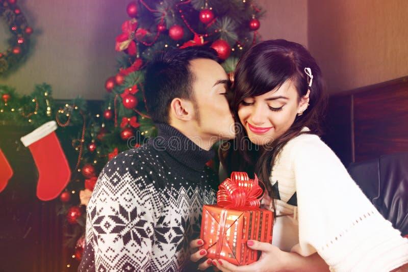 Trocando presentes no Natal imagem de stock royalty free