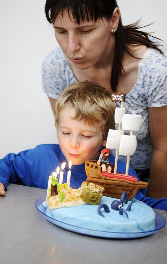 trochę chłopiec urodzinowy tort zdjęcia royalty free