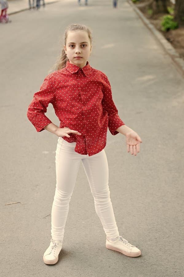 Trochę dorywczo Niezwykły wygląd uroczego dziecka Mała dziewczynka nosząca zwykłą i plamaną czerwoną koszulę Uroczy dzieciak zdjęcie stock