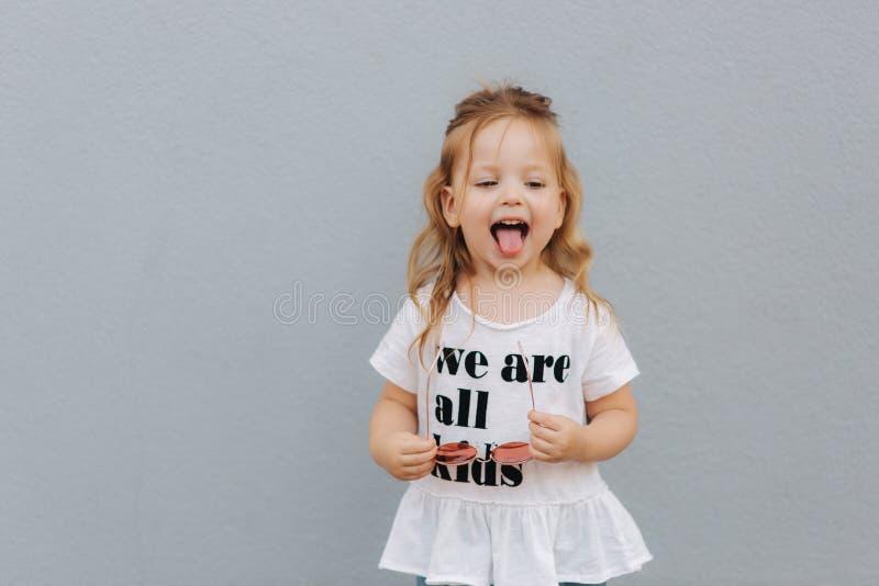 Trochę girldressed w białej koszula z tekstem, jesteśmy wszystkie dzieciakami zdjęcia stock
