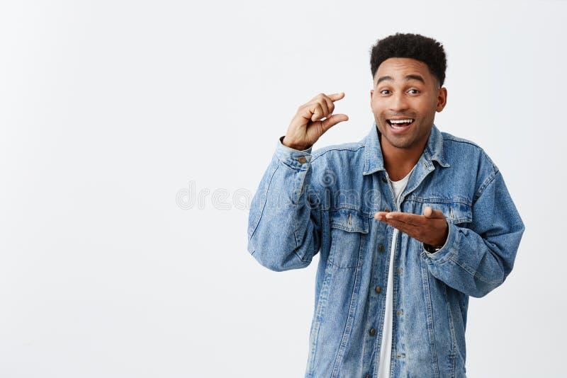 trochę malutki Odosobniony portret młody atrakcyjny śmieszny szczęśliwy skinned mężczyzna z afro fryzurą w przypadkowym drelichu obrazy stock