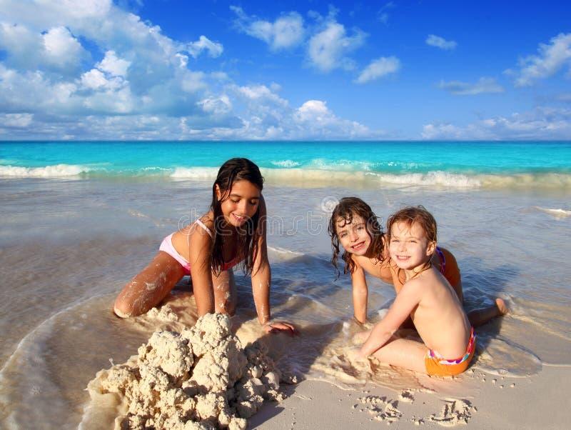 trochę mieszać pochodzenie etniczne plażowe dziewczyny bawić się trzy obrazy stock