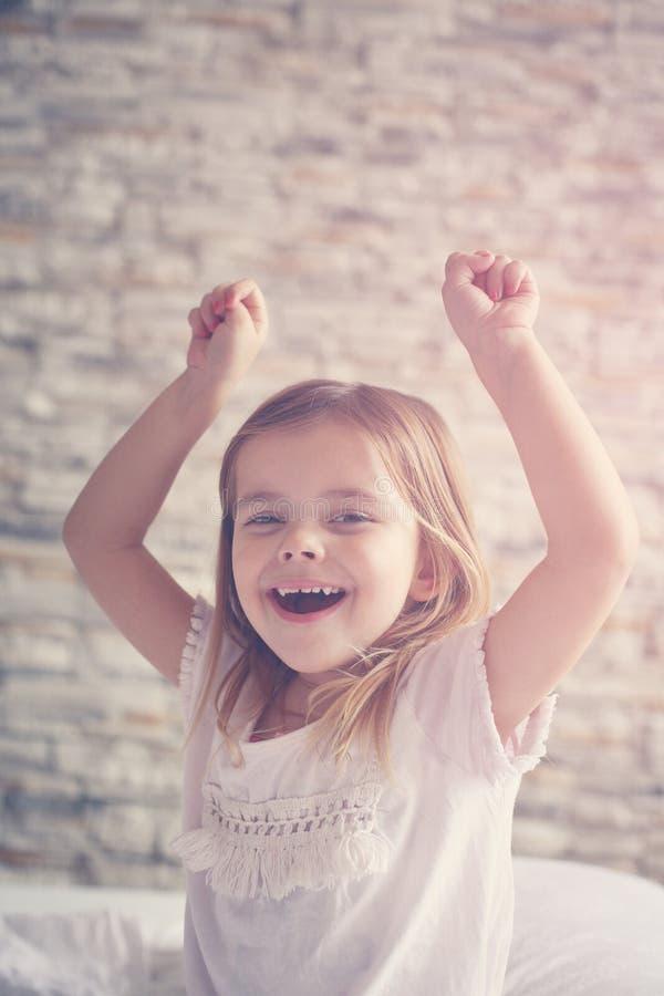 trochę słodka dziewczyna szczęśliwy mały dziewczyny zdjęcia royalty free