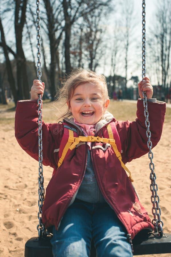 Troch? smilling szcz??liwy dziewczyny chlanie w parku na pogodnym wiosna dniu fotografia royalty free