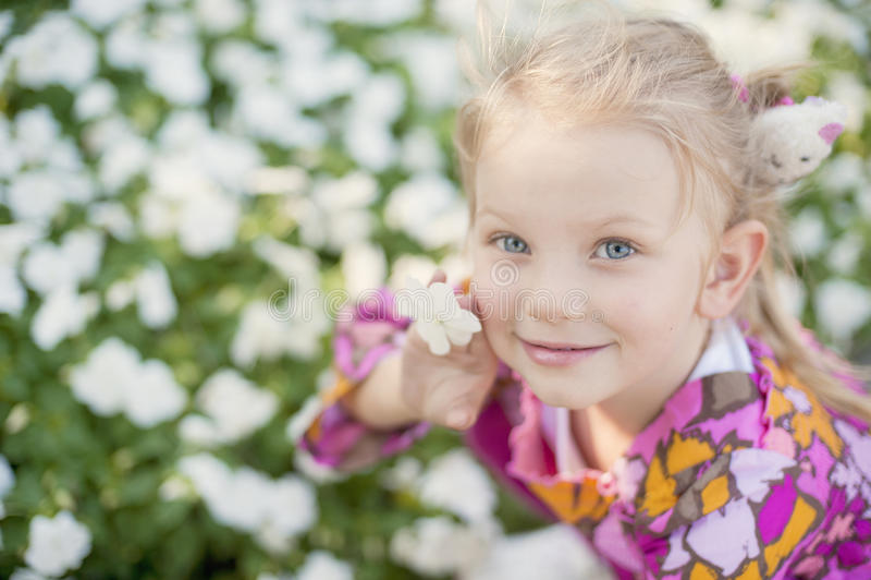 trochę urocza kwiat dziewczyna obraz stock