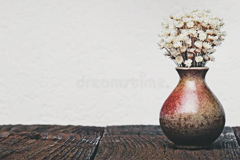 Trockenblumen im Vase stockfotos