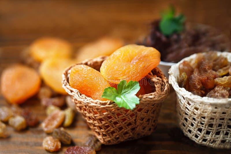 Trockene Aprikosen und verschiedene trockene Früchte stockbild