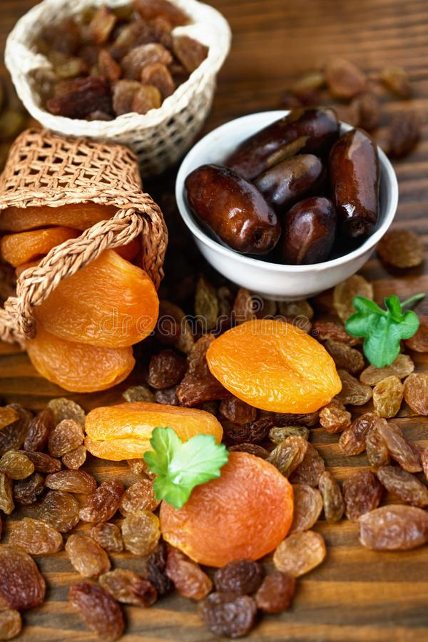 Trockene Aprikosen und verschiedene trockene Früchte lizenzfreie stockbilder