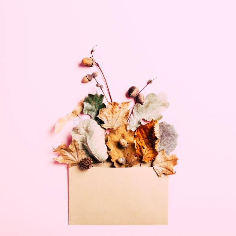 Trockene Blätter in Kraftpapier schlagen ein lizenzfreies stockfoto