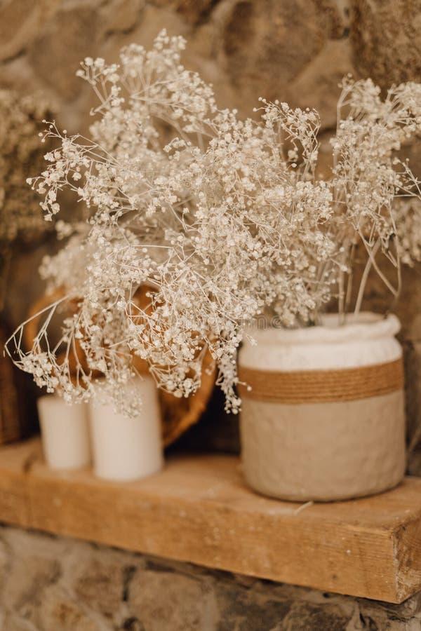 Trockene Blumen-rustikaler Vasen-Dekor auf hölzernem Regal lizenzfreies stockfoto