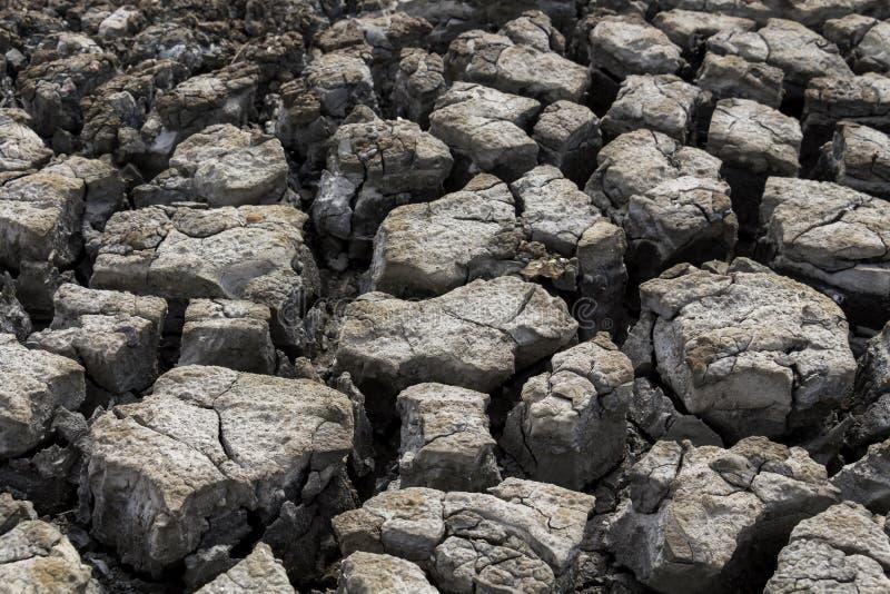 Trockene Erdoberflächebeschaffenheit knackte Bodenhintergrund-Bodenmischung mit Meerwasser, ist es Land in der Trockenzeit Global stockbild