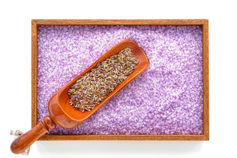 Trockene Lavendel-Blumensamen und Badesalz in einem Badekurort stockfoto