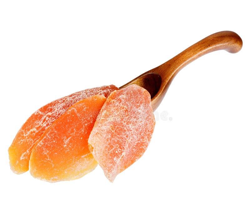 Trockene Mango im h?lzernen L?ffel, lokalisiert auf wei?em Hintergrund lizenzfreie stockbilder