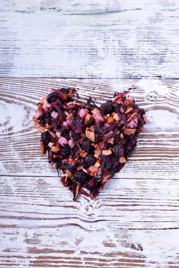Trockene Mischung des Fruchttees ein Herz bildend stockfotos