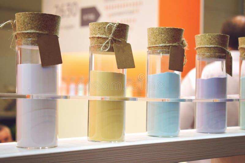 Trockene Pulvergesichts-Schönheitsmasken in den Glasflaschen mit Korken Kosmetischer Lehm für GesichtsschönheitsGesichtsmasken stockbilder