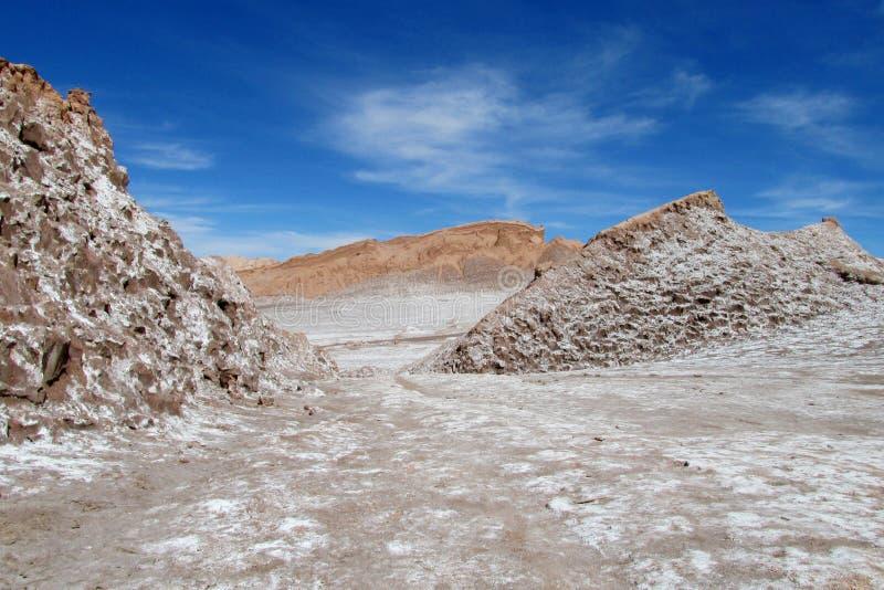 Trockene Salzhügel in Valle-De-La Luna, Mondtal in Wüste Sans Pedro de Atacama lizenzfreie stockfotografie