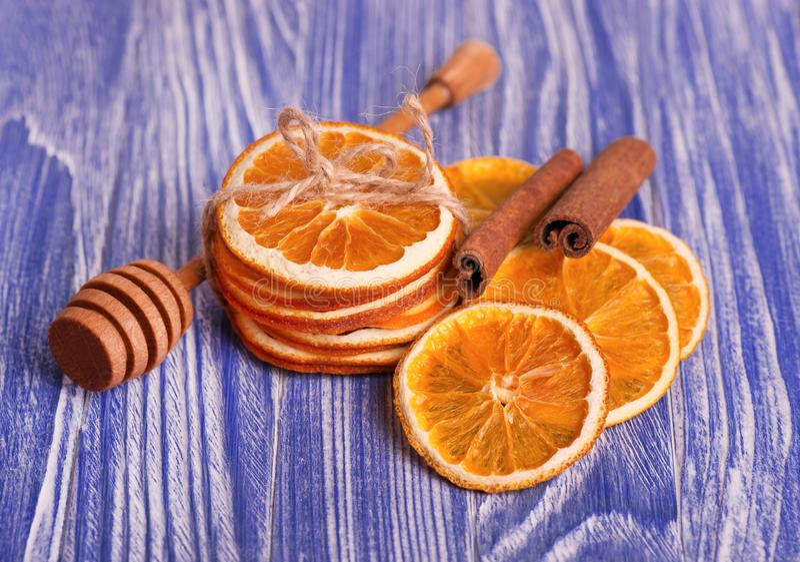 Trockene Scheiben der Orange und des Zimts, auf einem blauen hölzernen Hintergrund Aromatische Gewürze Ökologische, hölzerne Weih stockfotos