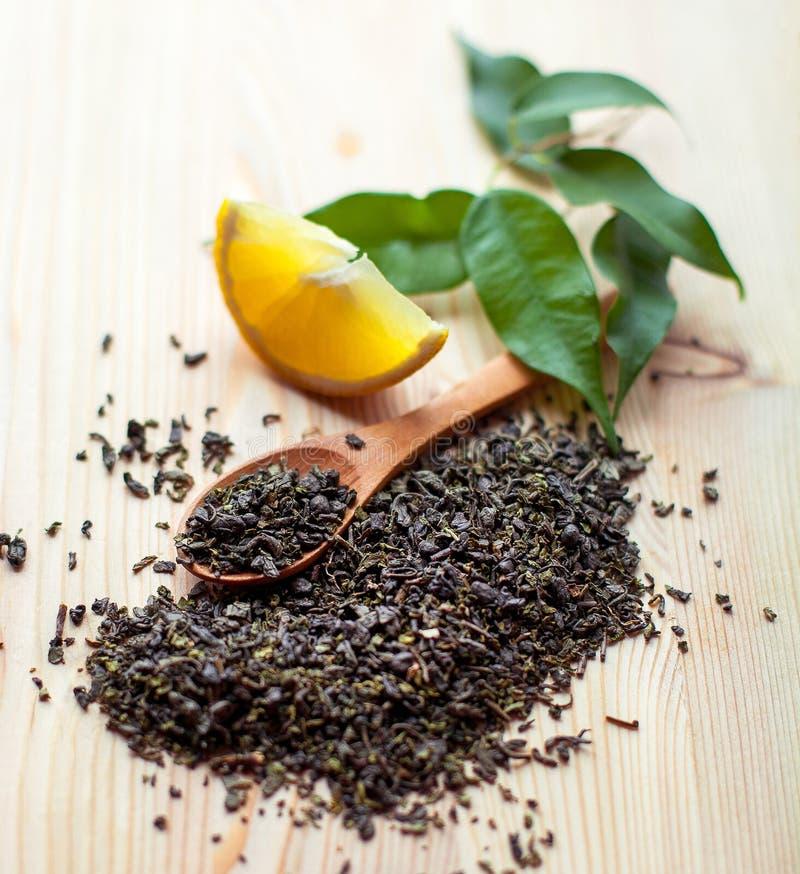 Trockene Teeblätter und Zitrone stockfotos