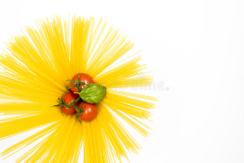 Trockene Teigwaren mit Tomaten stockfotografie