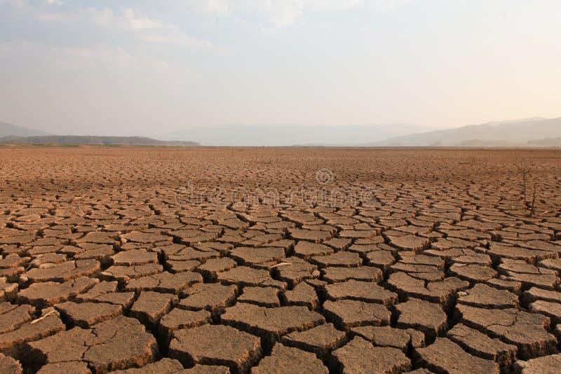 Trockener Fluss und See nach Dürrenauswirkung auf Sommer, lizenzfreies stockbild