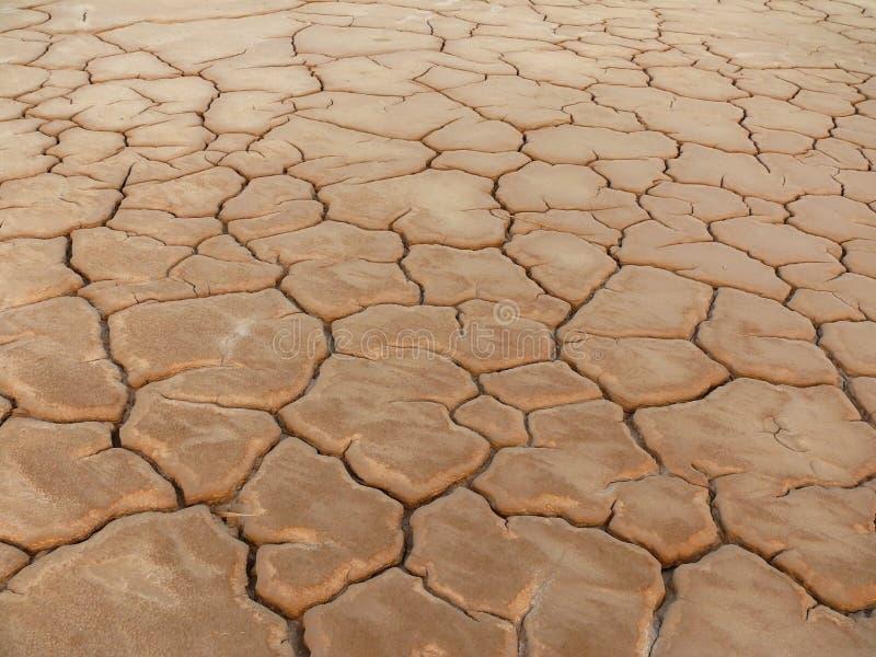 Trockener und rissiger Boden stockfotografie