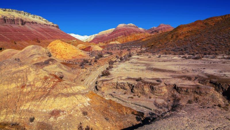 Trockenes Flussbett im Altyn Emel Nature Park, Kasachstan stockfotos