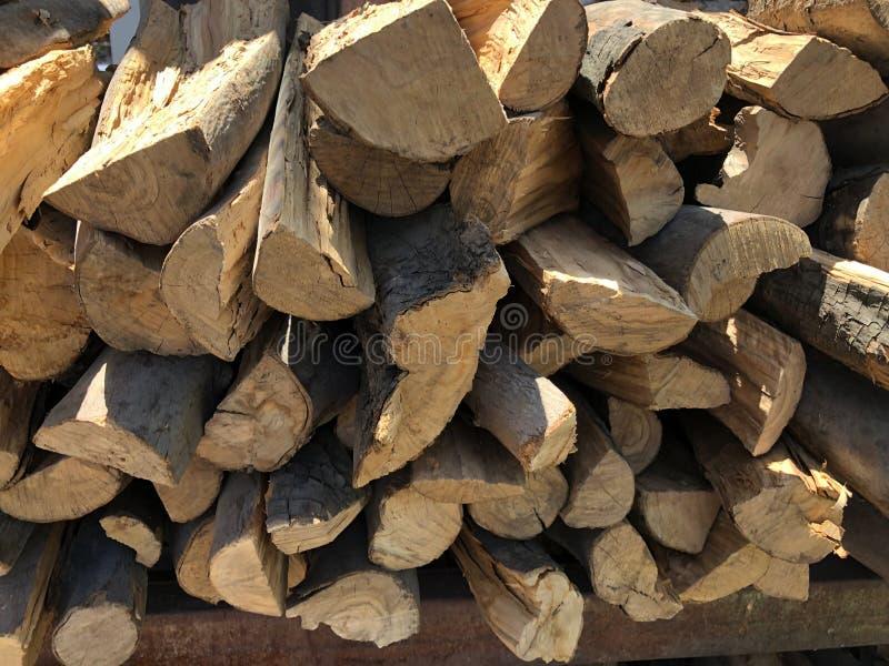 Trockenes Holz gestapelt in den Stapel stockbild