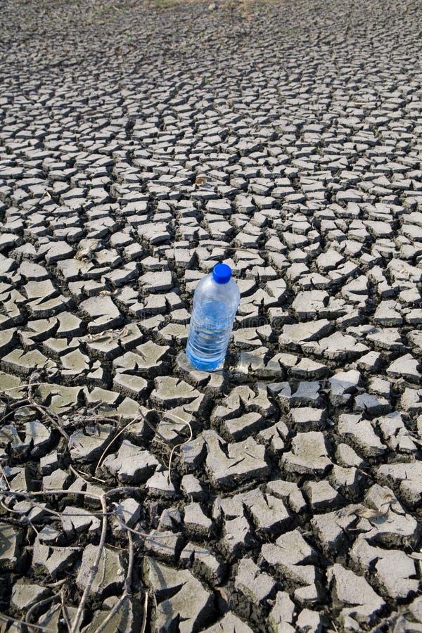 Trockenes Land und Mineralwasser stockbild