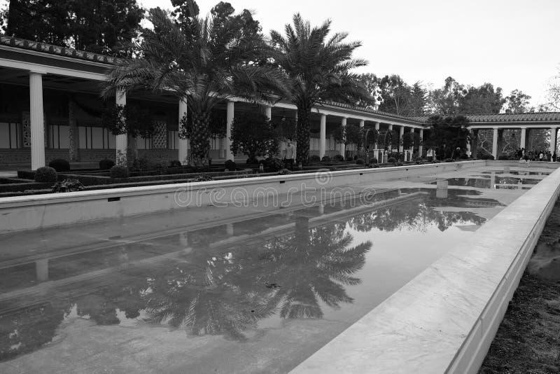 Trockenes Pool am Landhaus lizenzfreie stockfotos
