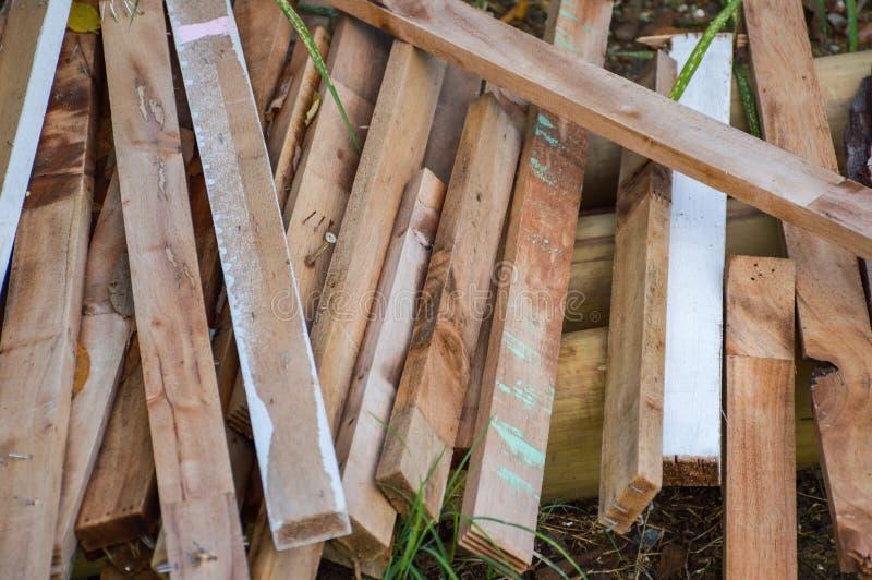 Trockenes Sperrholz aus den Grund stockfotografie