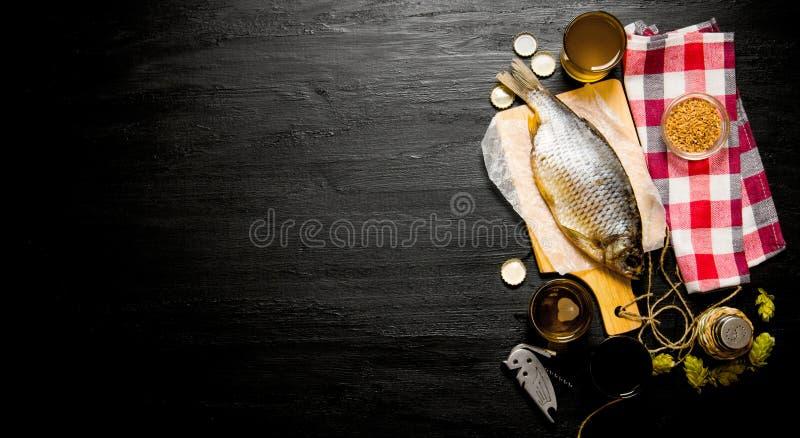 Trockenfisch und frisches Bier auf einer Tafel Freier Platz für Text stockfotos