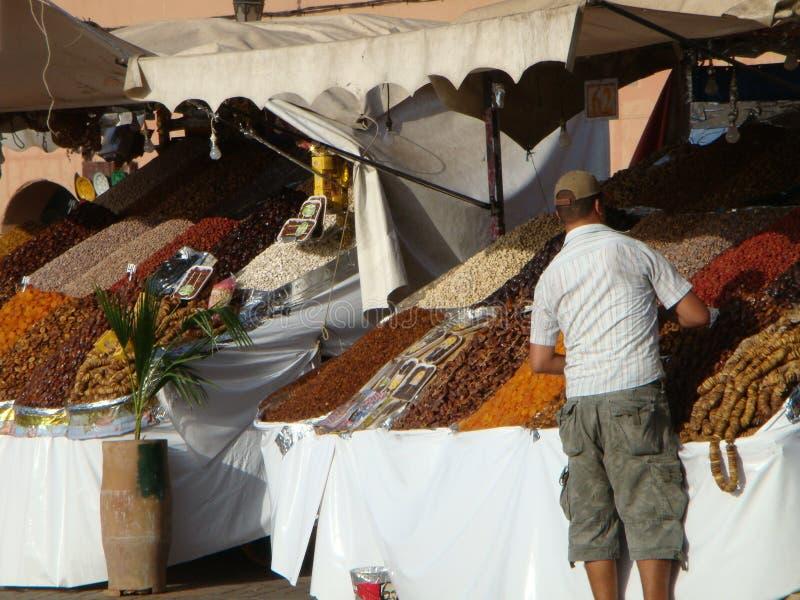Trockenfrüchte setzen auf der Straße zu Marakkech in Maroc auf die Bank lizenzfreie stockbilder