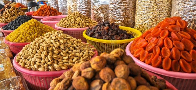Trockenfrüchte und Nüsse im Usbekmarkt lizenzfreie stockbilder