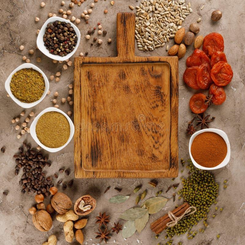 Trockenfrüchte und organische gesunde Imbisse der Nüsse auf einem strukturellen Hintergrund Feld unter dem Text Kopieren Sie Plat lizenzfreies stockfoto