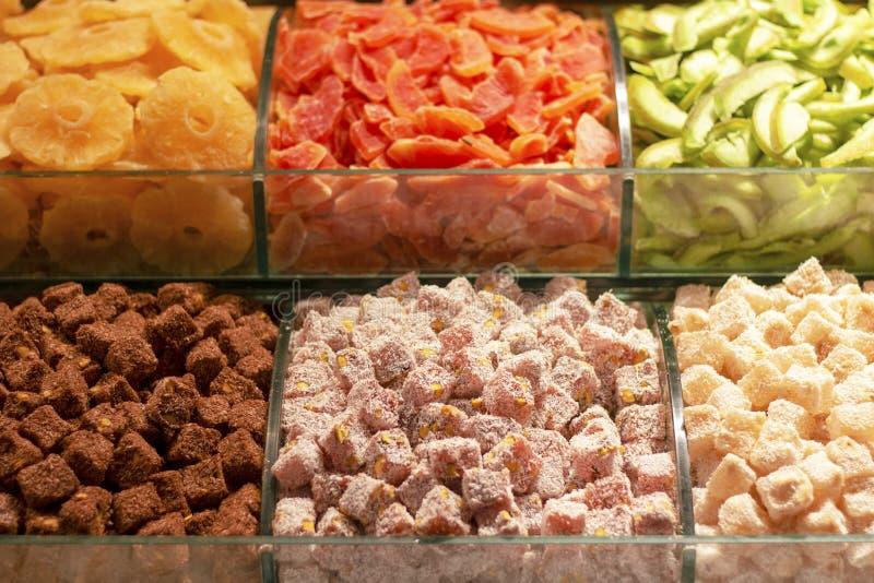Trockenfrüchte und türkische Freude auf dem Werktisch stockbild