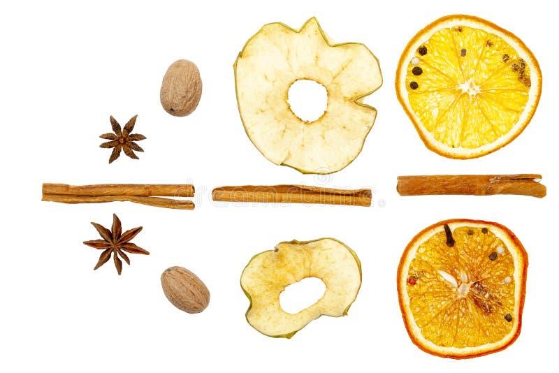 Trockenfrüchte, Zitrone, Apfel, Zimt, Muskatnuss Auf einem weißen Hintergrund Isolat lizenzfreie stockfotos