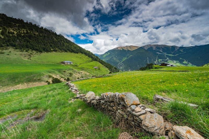Trockenmauer in Andorra lizenzfreie stockbilder