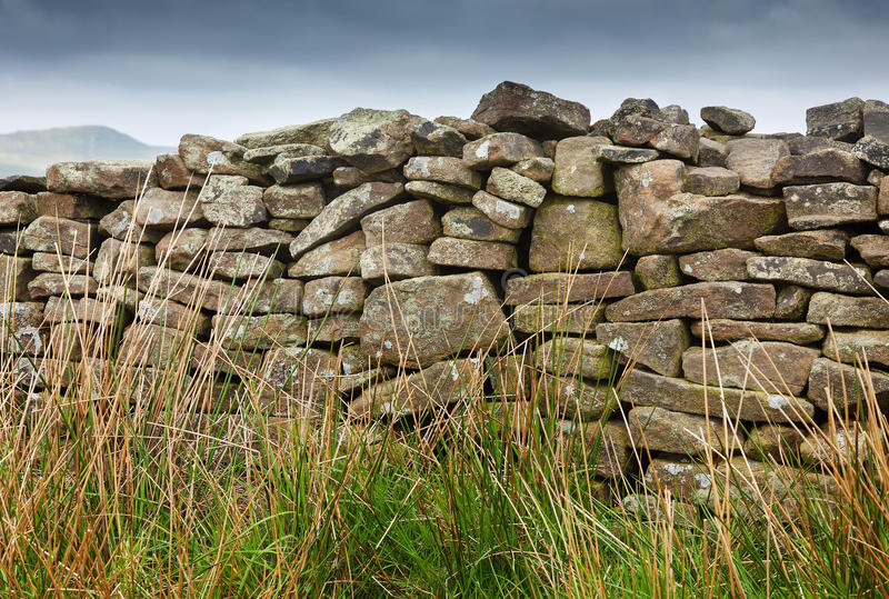 Trockenmauer auf Heidemoor lizenzfreies stockbild