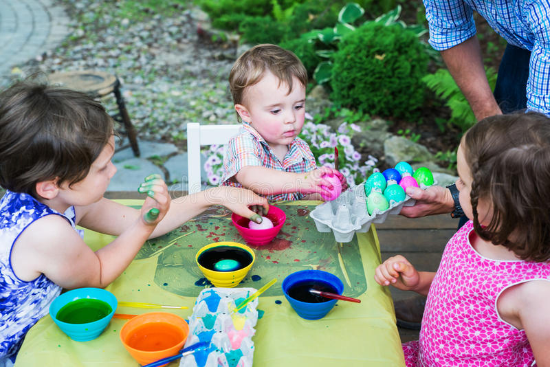 Trockenzeit für gefärbte Ostereier lizenzfreie stockbilder