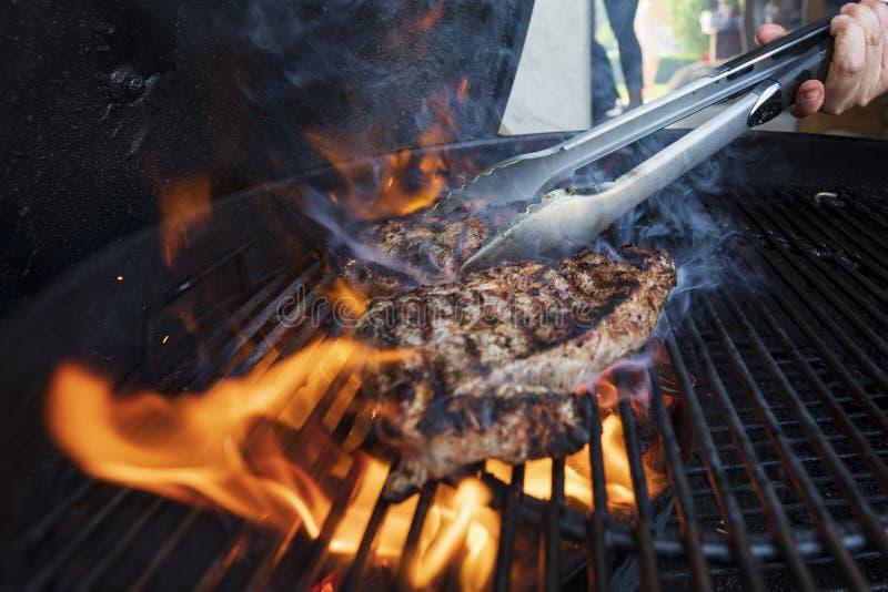 Trocknen Sie gealtertes Steak auf einem Grillgrill lizenzfreies stockbild