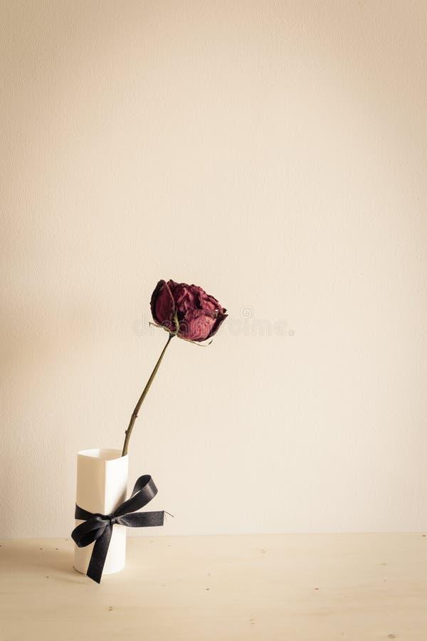 Trocknen Sie Rosafarbenes auf hölzerner Tabelle lizenzfreie stockfotos