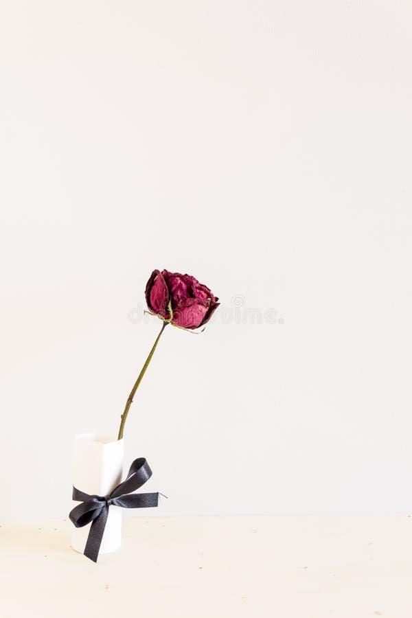 Trocknen Sie Rosafarbenes auf hölzerner Tabelle stockfotos