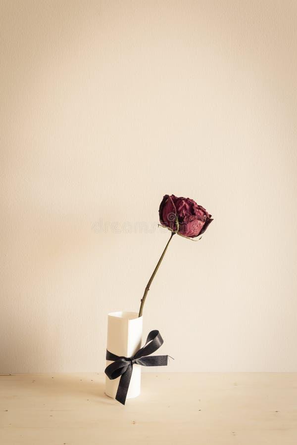 Trocknen Sie Rosafarbenes auf hölzerner Tabelle stockbild