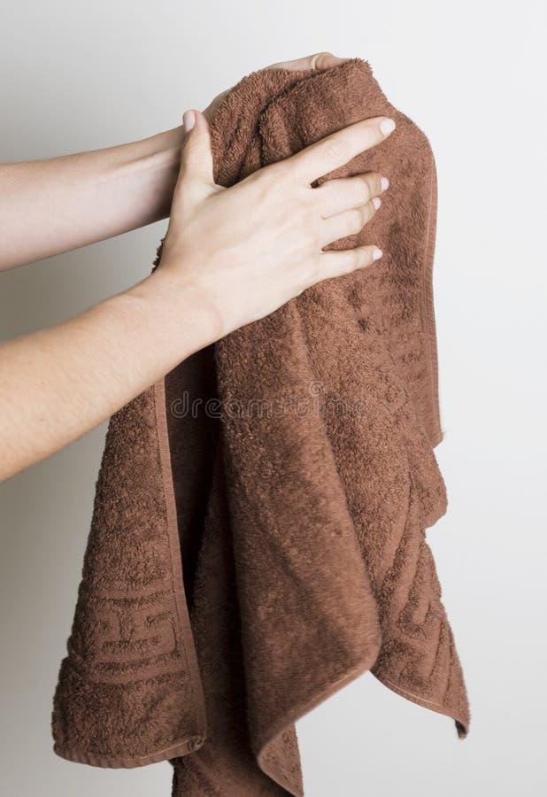 Trocknende Hände mit einem Tuch lizenzfreie stockbilder