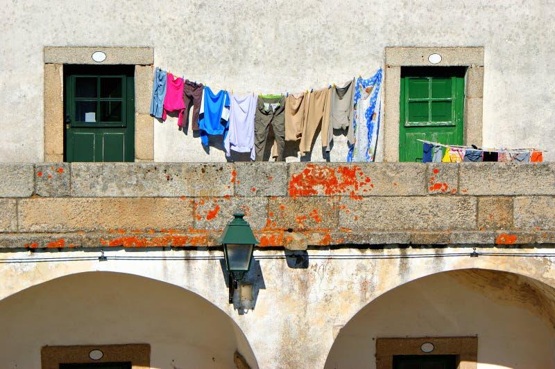 Trocknende Kleidung in historischem Dorf Almeida stockbild
