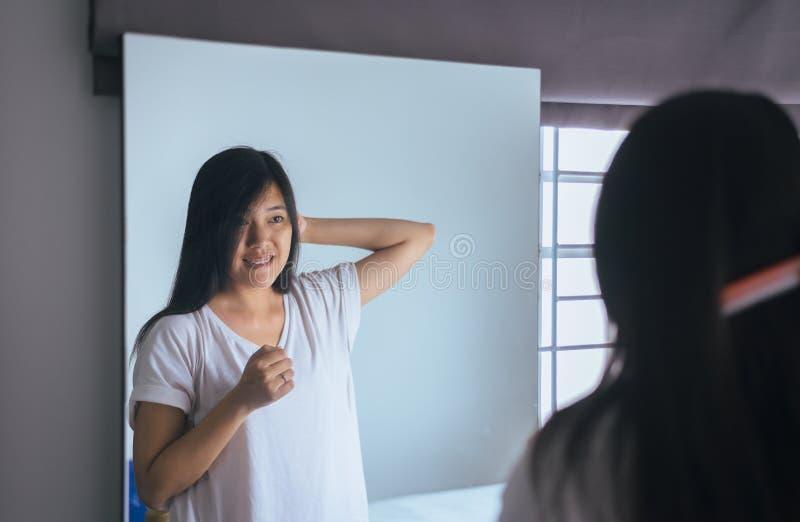 Trocknendes Haar der jungen asiatischen Frau mit Tuch, weiblicher Trockner ihr langes Haar mit Kamm lizenzfreie stockfotos