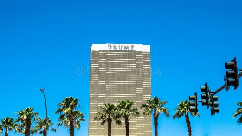 Troef Internationaal Hotel Las Vegas Wolkenkrabber tegen de hemel en de palmen stock afbeelding