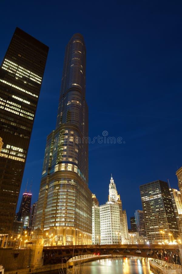 Troef Internationale Hotel en Toren en de de stadshorizon van de binnenstad van Chicago bij nacht royalty-vrije stock fotografie