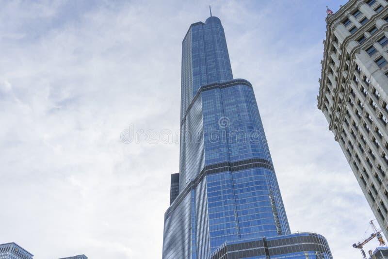 Troeftoren die op de Rivier van Chicago voortbouwen stock fotografie