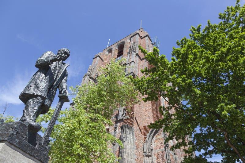 troelstra雕象在oldehove塔旁边的在leeu的中心 免版税库存照片